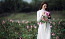Gương mặt thanh thoát của Tina Nguyễn tỏa sáng giữa sắc hồng của hoa sen