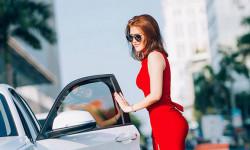 Khoe sắc trong trang phục đỏ ngọt ngào, Thanh Phối thu hút ánh nhìn trên phố Nguyễn Huệ