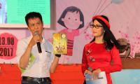Đạo diễn Lê Hoàng tặng sách để bán đấu giá trong Ngày hội Mottainai 2017