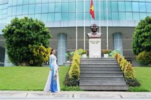 Trường đại học Tôn Đức Thắng được tái hiện trong áo dài của Việt Hùng