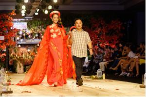 NTK Việt Hùng mang rạng ngời sắc đỏ cho đêm diễn Phong Cách & Cuộc Sống