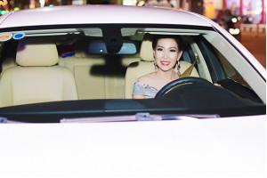 Hoa hậu Quý bà Diễm Kyly tự lái xế hộp đến sự kiện thời trang