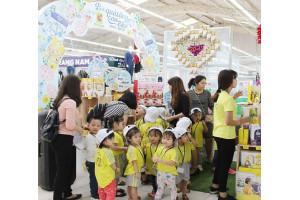 Các cháu nhỏ hớn hở theo phụ huynh lựa những món quà ý nghĩa tại Big C để tri ân thầy cô giáo dịp 20-11