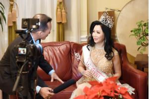Đài truyền hình tại hải ngoại phỏng vấn Tân Hoa hậu Diễm Thúy trong tiệc đăng quang