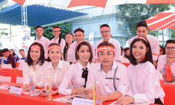Đạo diễn Đỗ Kim Khánh cùng dàn sao Việt hiến máu ngày Chủ nhật Đỏ