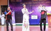 H'Hen Niê được các thầy cô giáo và học sinh trong trường chào đón trong niềm phấn khởi và tự hào