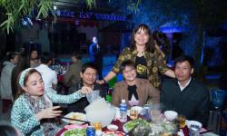 Á khôi Hồ Thanh Hương xúc động nghẹn ngào khi gặp lại bàn bè, thầy cô cũ tại huyện Phù Mỹ