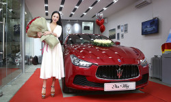 Hoa hậu Hạ My được tặng 99 đóa hoa hồng cùng xe tiền tỷ trước ngày Valentine