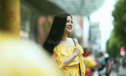 Hoa hậu Đinh Hiền Anh thả dáng xuân tại Singapore