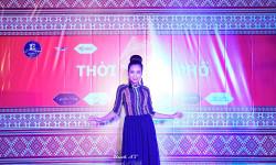 Diễn viên Huỳnh Thi hóa thân thành cô gái tây Nguyên trong trang phục áo dài thổ cẩm