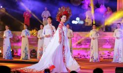 Hoa hậu Đỗ Mỹ Linh làm vedette trình diễn BST của NTK Ngô Nhật Huy