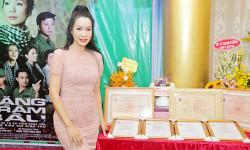 Trịnh Kim Chi rạng rỡ bên gia đình nhỏ ăn mừng thành công của vở Rặng Trâm Bầu