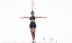 Minh Tú chơi trò nhảy từ độ cao 15 m