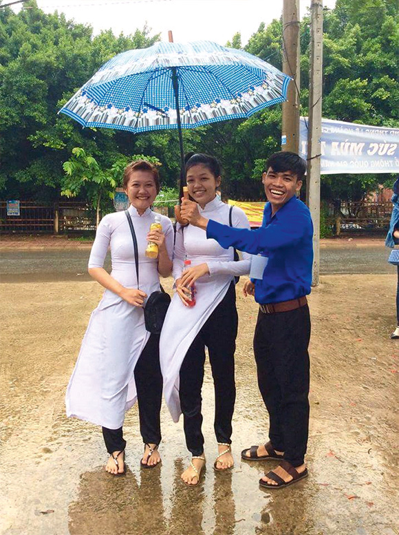 Không ngại nắng mưa, các tình nguyện viên vẫn luôn tràn đầy hứng khởi để tiếp sức cho các sĩ tử trong mùa thi căng thẳng